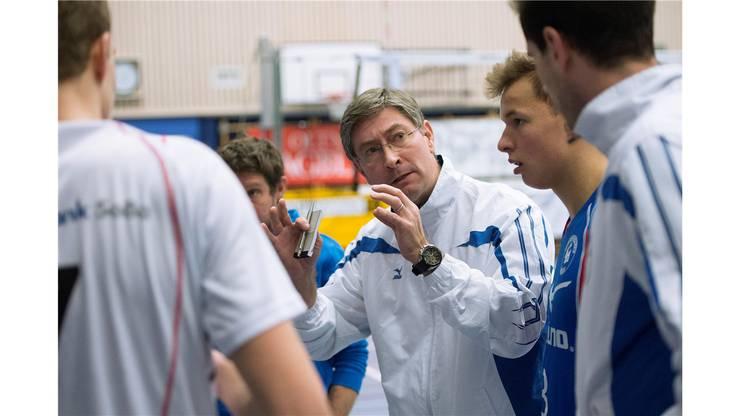 Mizuno-Trainer André-Pierre Schmidt gibt Anweisungen während des Time-outs.