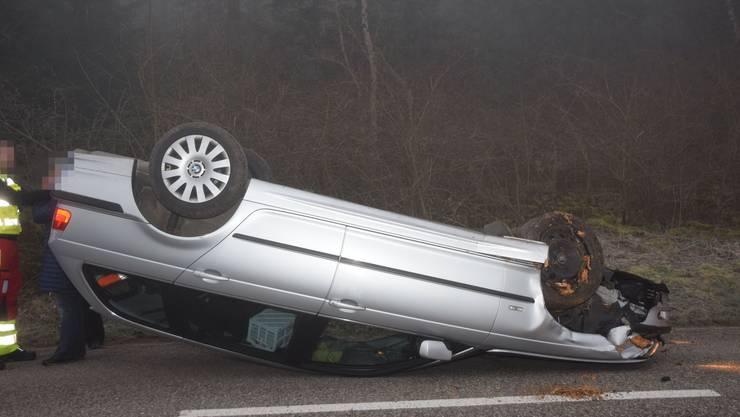 Das Auto der Lenkerin landet auf dem Dach.