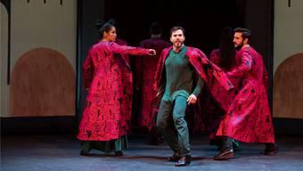 Flamenco-Tänzer Eloy Aguileras (Mitte) beschert dem Publikum in «Bolero. Tanz der Feuertaube» Gänsehaut. Alex Spichale