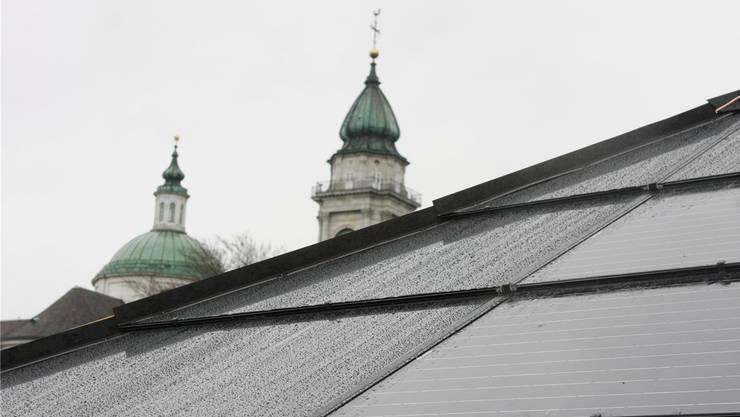 Die Photovoltaik-Anlage der Regio Energie wurde Ende 2013 in Betrieb genommen und war damals noch bewilligungspflichtig. Das wäre laut Solarkataster heute nicht mehr so, weil sie sich ausserhalb der geschützten Zone befindet.