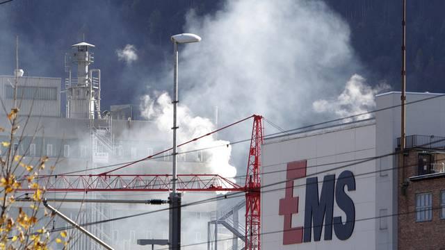 Das dampfende und rauchende Werkareal der Ems-Chemie in Domat-Ems (Archiv)