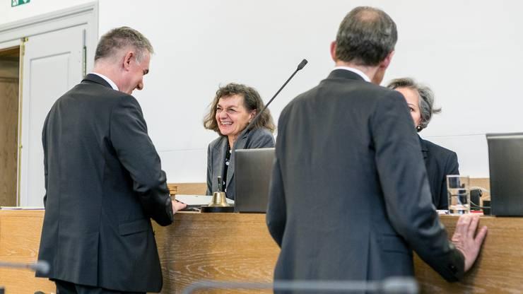 2019 war sie erste Vizepräsidentin des Kantonsparlamentes. Im Bild: Saner im Gespräch mit SVP-Regierungsrat Alex Hürzeler.
