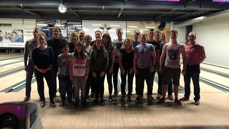 5 Jungbürgerinnen und 6 Jungbürger sowie 7 Gemeinderäte und das Verwaltungspersonal im Bowlingcenter.