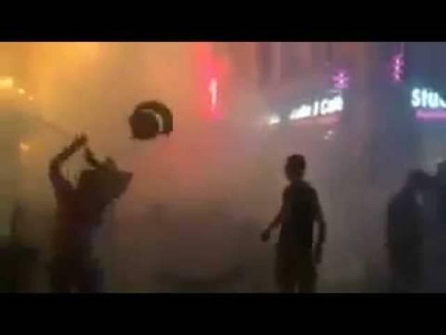 Englische und Russische Hooligans gehen nach dem Spiel in Marseille aufeinander los