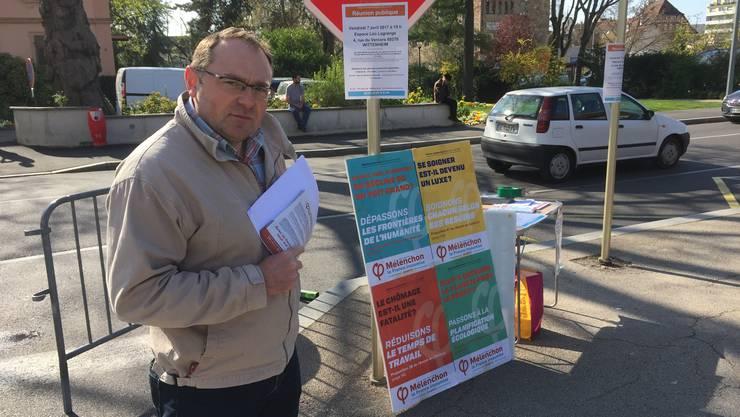 Christian Hellmann macht in Saint-Louis Wahlkampf für Jean-Luc Mélenchon von der äussersten Linken.