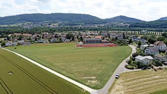 Das Bauland im Büelacker befindet sich im Norden der Merzweckhalle (Bildmitte) und wird durch zwei Strassen begrenzt.
