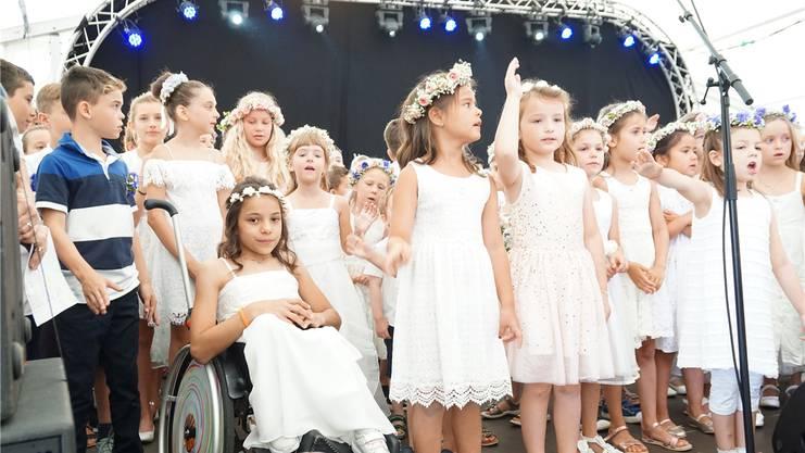 Die Schüler singen an der Morgenfeier das Lied «Schiff ahoi».