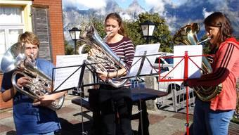 Voller Einsatz: Die Nachwuchsmusiker lassen sich auch vom Alpenpanorama nicht den Atem rauben. ZVG