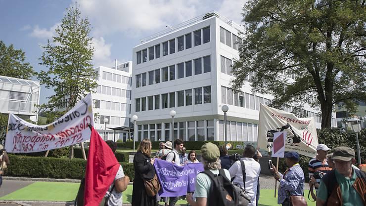 Demonstranten vor der Rohstoffhandelsfirma Glencore in Baar. Der Bundesrat will die Wettbewerbsfähigkeit und die Integrität des Rohstoffhandels fördern. (Archivbild)