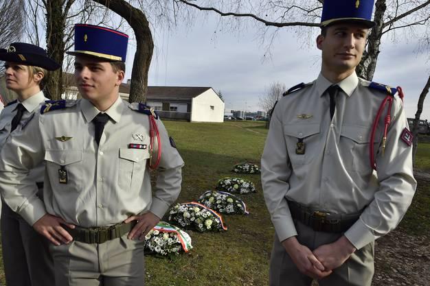 Französische Soldaten bereiten eine Zeremonie für die Verstorbenen vor.
