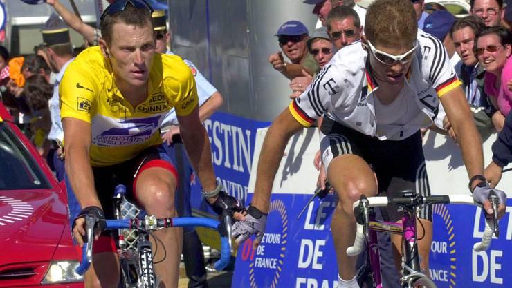 Lance Armstrong (l.) und Jan Ulrich (r.) während der Tour de France 2001, die er später für sich entscheiden konnte.