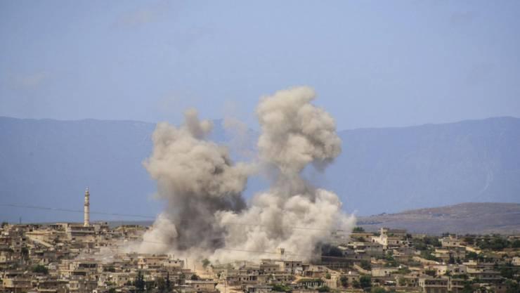 Nach Luftangriffen der syrischen Regierung und Russlands: Rauch über der Stadt Habit im Süden der Provinz Idlib. (Bild vom 3. Mai)