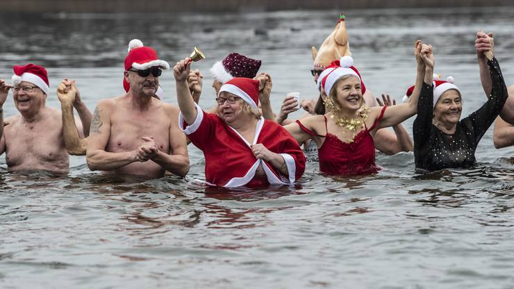 Berlin: Teilnehmer am Weihnachtsschwimmen des Vereins Berliner Seehunde stehen im Orankesee bei etwa fünf Grad Lufttemperatur.