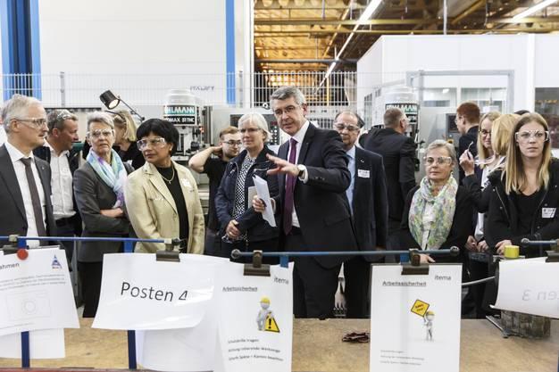 Josef Maushart führt Politikerinnen und Politiker aus dem Kantonsrat im Jahr 2019 durch die Berufsmesse IBLive.