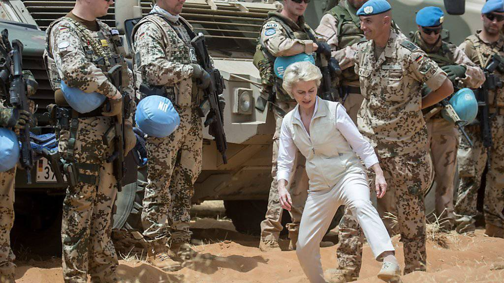 Die deutsche Verteidigungsministerin Ursula von der Leyen beim Besuch der UNO-Mission in Mali: Der UNO-Sicherheitsrat stockt das Kontingent im westafrikanischen Land auf. (Archivbild)