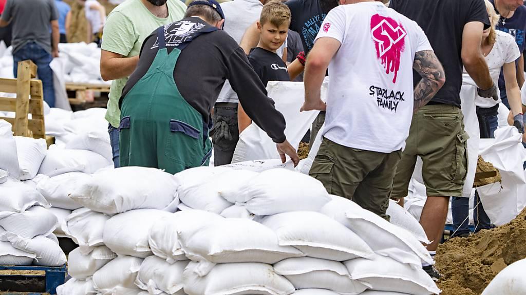 Niederländer kämpfen weiter gegen Hochwasser entlang der Maas