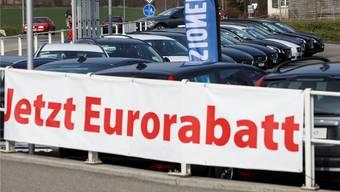 Der schwache Euro drückt die Neuwagenpreise, und in der Folge werden auch Occasionen günstiger. Für die Händler schrumpfen die Margen.