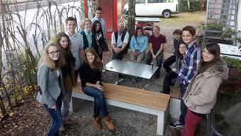 Auf Initiative des 17-jährigen Gymnasiasten Glenn Steiger aus Bättwil (3. von links) trafen sich rund ein Dutzend Jugendliche aus allen Ecken der AmteiDorneck-Thierstein beim Jugendhaus Dornach zur Gründungsversammlung des Jugendparlaments Schwarzbubenland.