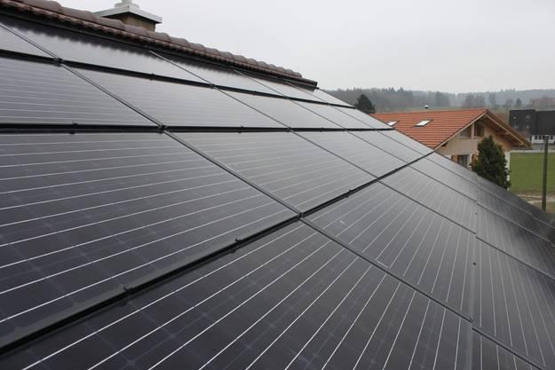 Die Photovoltaik-Anlage ersetzt das Dach und leistet bis 6,1 kW