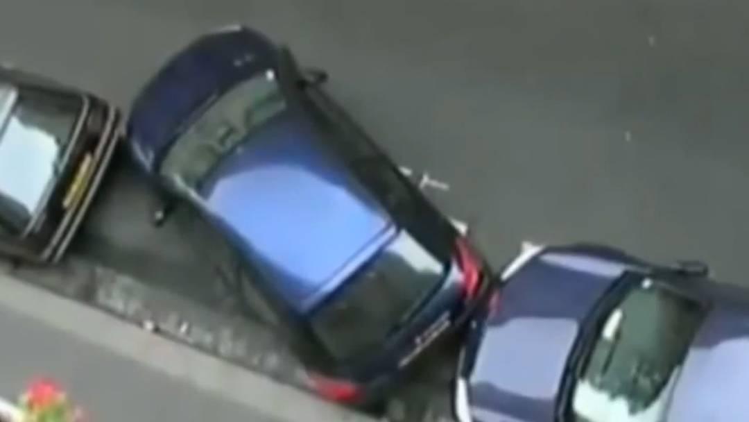 Auto passt nicht in Parklücke? Diese Frau löst das äusserst pragmatisch