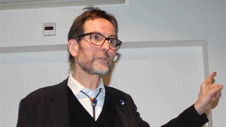 Urs Roth anlässlich seines Vortrags zu Uhrenpatron Adolf Michel.