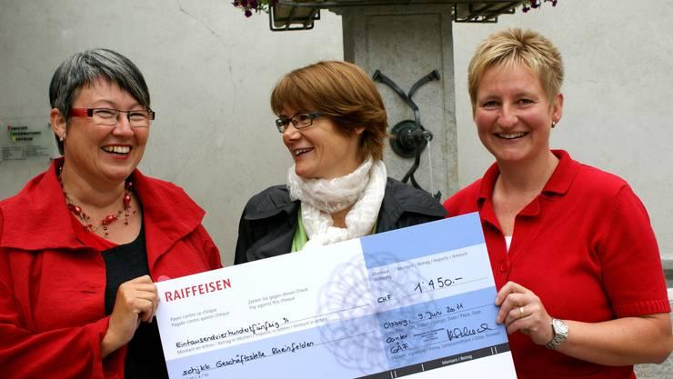 Riesenfreude über die Geldspende: Präsidentin Susanna Schlittler (Mitte) und Geschäftsführerin Liliane Regitz (rechts) vom Verein Schjkk nehmen den Check von GAF-Vertreterin Michèle Schoch entgegen.  ach