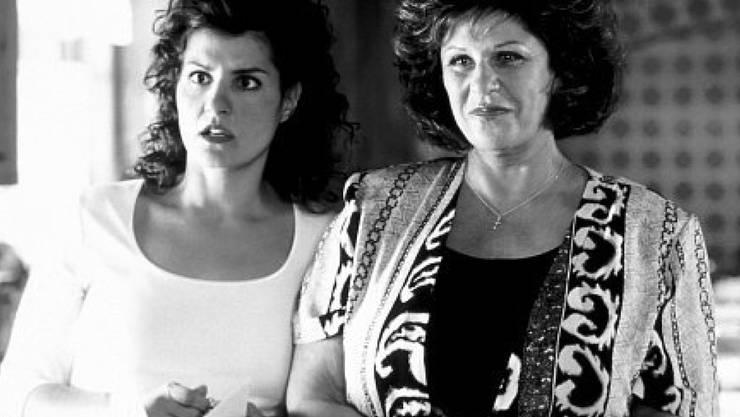"""Was tut man nicht für ein gelungenes Weihnachts-Menue: Lainie Kazan - hier rechts neben Filmtochter Nia Vardalos in """"My Big Fat Greek Wedding"""" - ist in einem Gourmet-Food-Laden mit geklauten Lebensmitteln im Wert von 180 Dollar erwischt worden. Begründung: Sie hatte kein Bargeld dabei. (imdb.com)"""