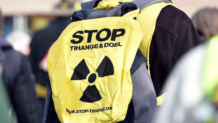 ARCHIV - Ein Teilnehmer eines Protestmarsches demonstriert gegen Atomkraft und Atomwaffen. Das 50. Land hat den UN-Vertrag über das Verbot von Atomwaffen ratifiziert. Foto: Caroline Seidel/dpa