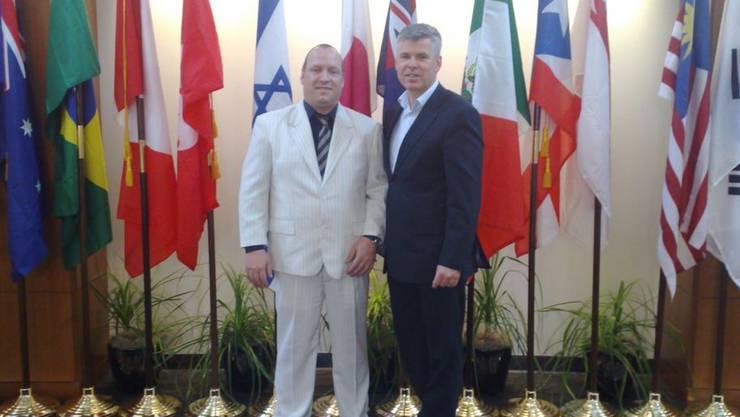 Alexander Herr (l.) durfte als Top-Verkäufer die Monavie-Crew am Hauptsitz in Utah besuchen.