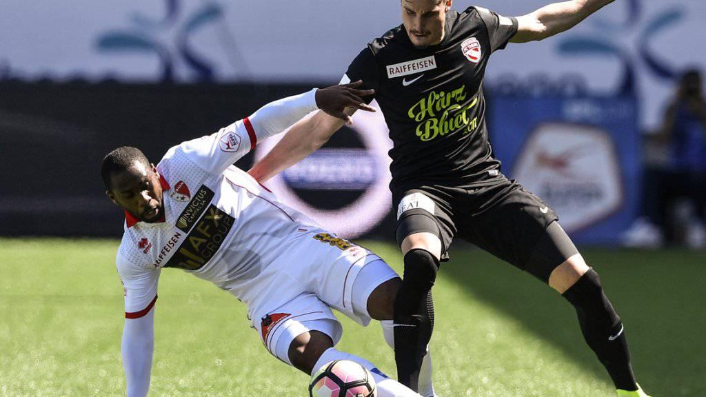 Sions Stürmer Léo Itaperuna (links) im Zweikampf mit Thuns Verteidiger Mickaël Facchinetti (30. April 2017)