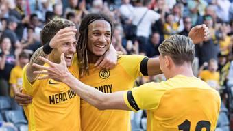 Dem Meistertitel entgegen: Die Young Boys Miralem Sulejmani, Kevin Mbabu und Christian Fassnacht (v.l.) jubeln über einen Treffer gegen Lausanne.Keystone