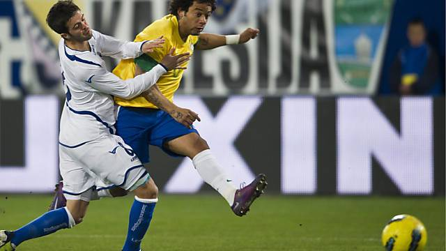 1:0-Schütze Marcelo (rechts) im Duell mit Bosniens Pjanic.