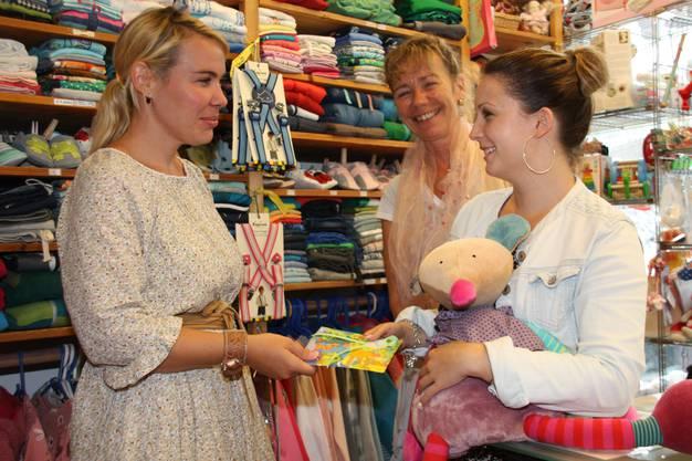 Nina Hirzel (links) vom Kinderkleiderladen Keedo in Baden.