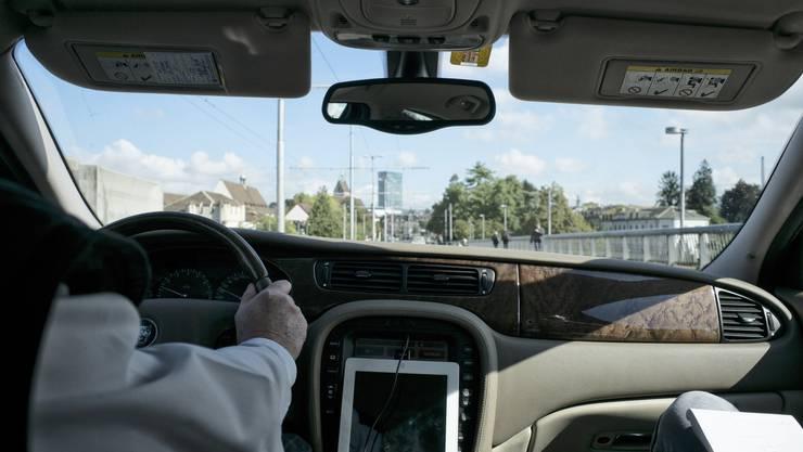 Fahrt in einem Uber Richtung Messeplatz. Der tiefere Fahrtarif hat seinen Preis.
