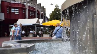 Beliebter Aufenthaltsort: An einem milden Herbstnachmittag herrscht viel Leben auf dem Neumarktplatz.
