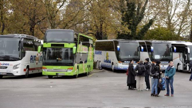 Ende der Reise: Am 29. April mussten Flixbus-Passagiere nach Mailand am Zürcher Sihlquai auf einen Ersatzbus warten. Ihre Busfahrer hatte die Kantonspolizei verhaftet. Foto: Keystone/Walter Bieri