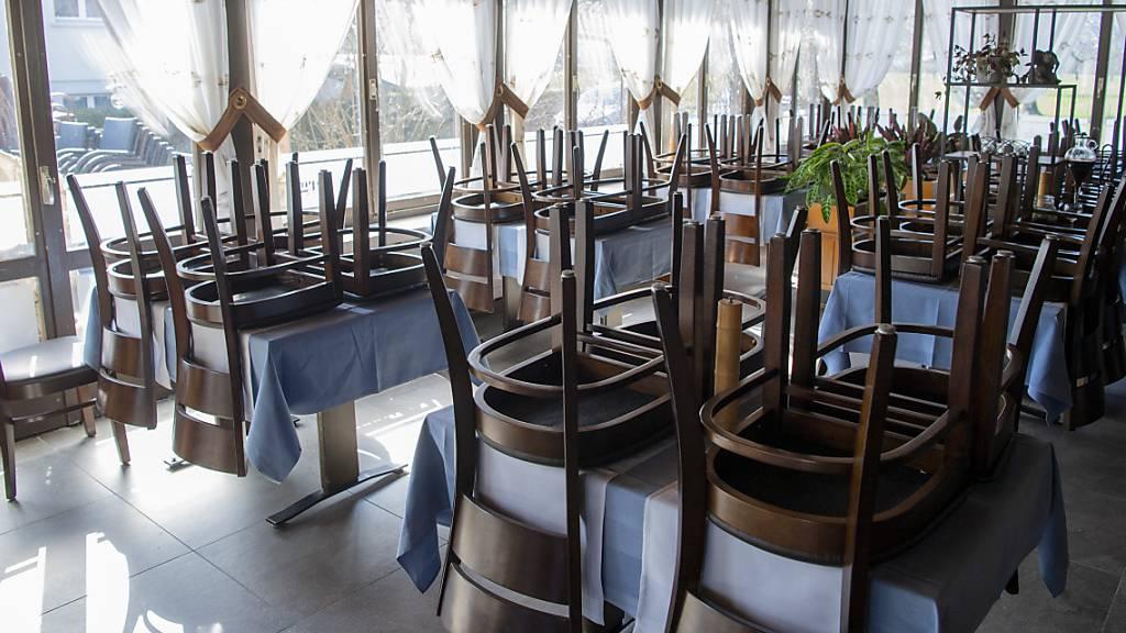 Ein wegen den Coronabeschränkungen geschlossenes Nidwaldner Restaurant: Rund die Hälfte der Gesuche um Härtefallhilfe wurde von Wirten eingereicht. (Archivaufnahme)