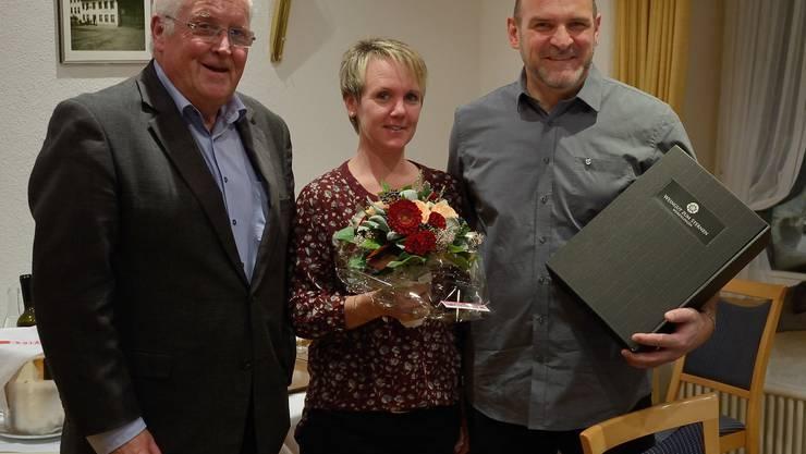 Im Namen der Parteileitung gratuliert Andreas Senn dem neu gewählten Bernhard Meier Wahl und überreicht ihm und seiner Frau Diana Meier ein kleines Geschenk.