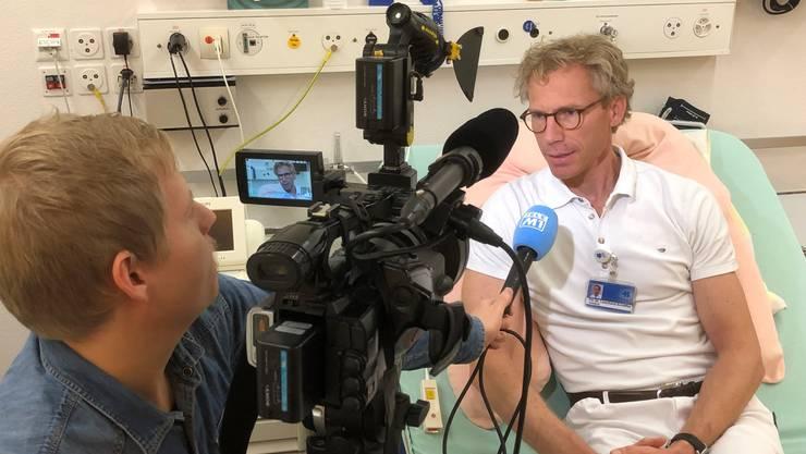Professor Leonhard Schäffer, Chefarzt der Klinik für Geburtshilfe und Pränataldiagnostik des Kantonsspitals Baden (KSB), im Interview mit Tele M1.