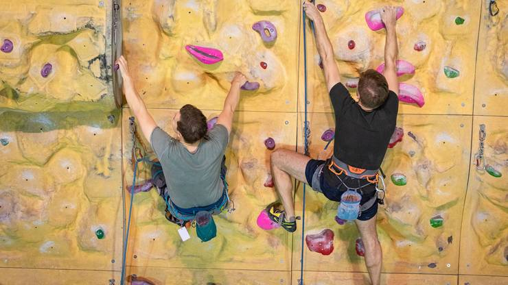 Ein Kletterpartner oder eine Kletterpartnerin ist als Mitglied der Gruppe immer vorhanden.