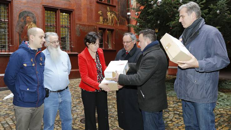Die Integrationsinitiative der SVP, hier bei der Übergabe der Unterschriften an Barbara Schuepach beim Rathaus, soll nicht direkt vor das Volk kommen