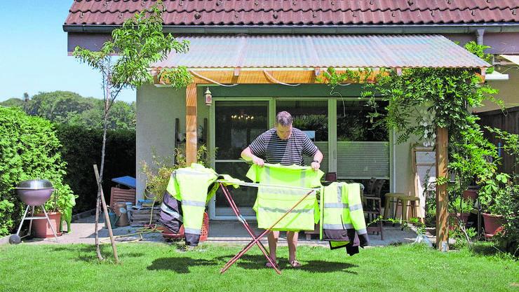 Souvenir vom Ausnahmezustand: Ein Freiwilliger aus «Volunteer» trocknet vor seinem Schweizer Zuhause die Arbeitskleidung. (zvg / Sulaco Film)