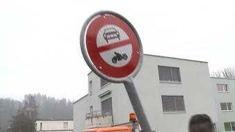 Mehrere Fahrverbotstafeln hat in Unterkulm offenbar ein wütender Autofahrer ausgerissen und damit 3000 Franken Sachschaden verursacht.