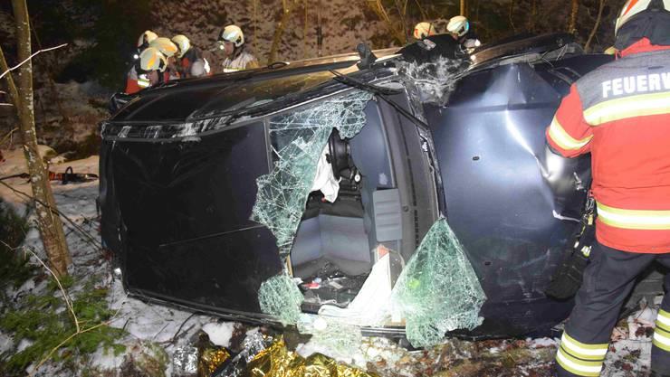 In Hägendorf stürzt ein Auto die Böschung herunter.
