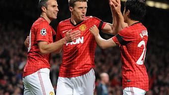 Manchesters Torschütze Michael Carrick (Mitte) lässt sich von van Persie und Kagawa feiern