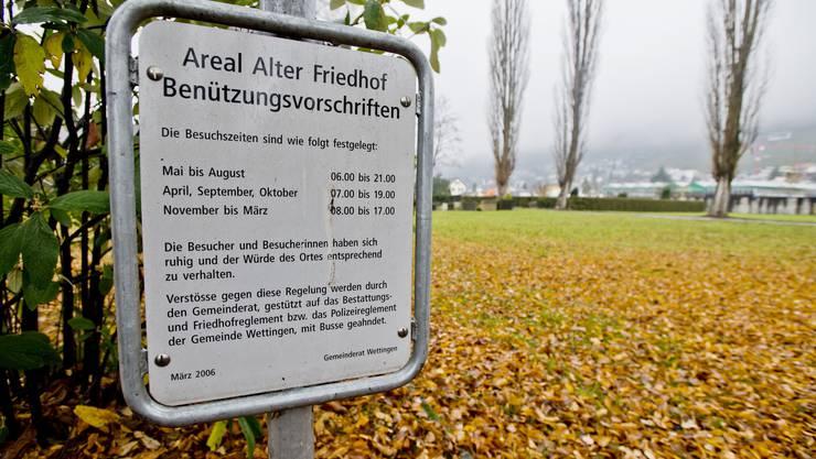 Ordnungstafeln machen auf die Regeln auf dem Friedhof aufmerksam