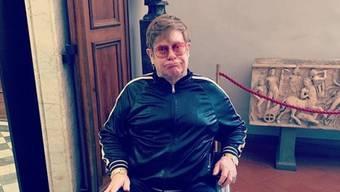 Elton John im Rollstuhl: Gut zwei Monate, bevor der 72-Jährige seine Schweizer Fans beglücken soll, hat er sich offenbar den Knöchel verstaucht. Von einem Besuch der Uffizien in Florenz hat ihn das nicht abgehalten. Am 29. Juni soll der Mega-Star im Rahmen des Montreux Jazz Festival auftreten.