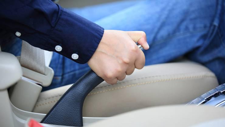 Bei 120km/h auf der Autobahn hat der Mann die Handbremse gezogen.