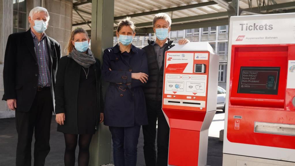Wer am Bahnhof keine Maske zur Hand hat, dem kann ab sofort ein Verkaufsautomat helfen. Die Appenzeller Bahnen und die Frauenfeld-Wil-Bahn (FWB) haben an fünf Bahnhöfen Hygienemaskenspender aufgestellt.