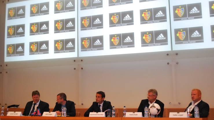 v.l.n.r.: Pressechef Josef Zindel, Björn Jäger, Produktmanager von Adidas, FCB-Präsident Bernhard Heusler, Hans Hobi, Leiter Sportmarketing von Adidas Schweiz und FCB-Trainer Heiko Vogel.